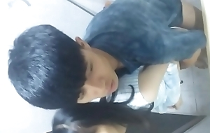 暑假在家里洗手间操女同学手机拍摄52zhibo.vip