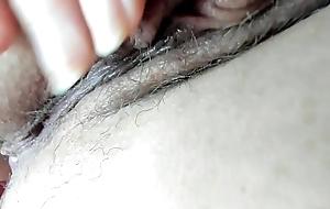 Arctic tua mamma con un completino di pizzo nero ti mostra la sua grossa figa pelosa da molto vicino