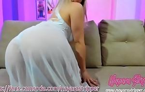 Nayara de camisola sexy tirando tudo