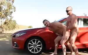 Gay comendo o Intimate terms with na rua de casa