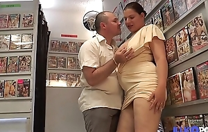 Fiby milf &agrave_ gros seins encul&eacute_e devant son mari