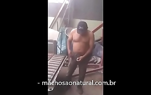 Mec&acirc_nico leva dedada no cu por 200 reais - machosaonatural.com.br